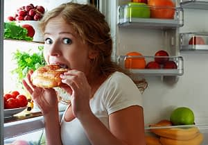 6 Reasons Why You Always Feel Hungry When You Stay at Home a Lot